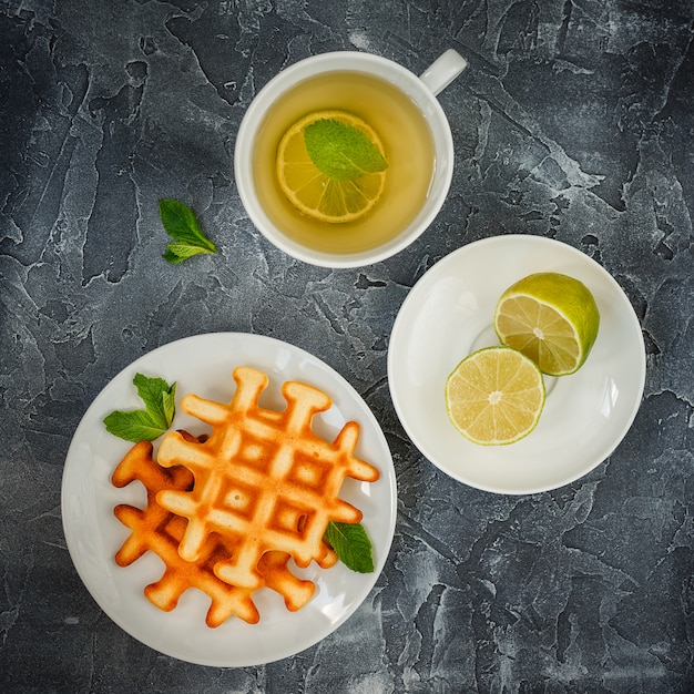 Waffle e tè belgi. Foto Premium