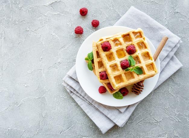 Waffle fatti in casa con frutti di bosco Foto Premium
