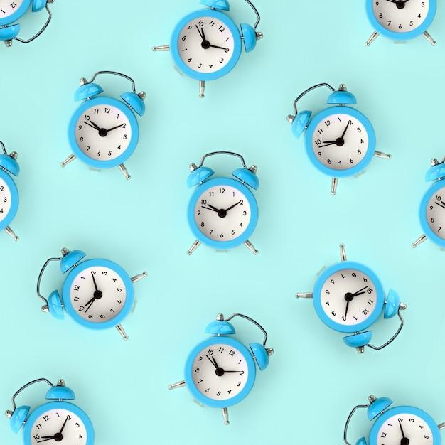 Wasting time concept. molte sveglie blu Foto Premium