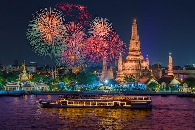 Wat arun e nave da crociera nella notte sotto la celebrazione del nuovo anno, città di bangkok, tailandia Foto Premium