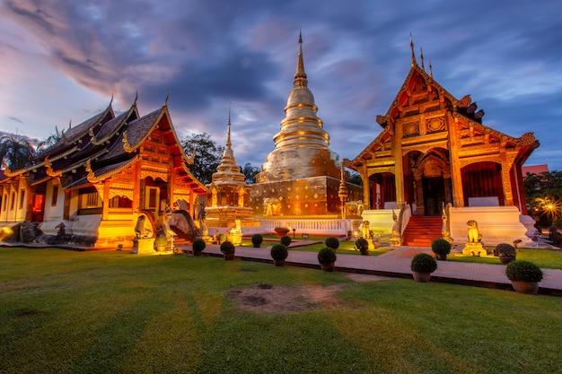 Wat phra singh si trova nella parte occidentale del centro storico di chiang mai, in tailandia Foto Premium