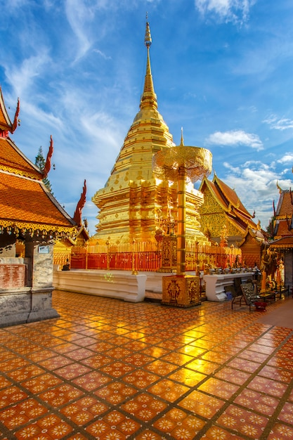 Wat phra that doi suthep è un'attrazione turistica di chiang mai, in tailandia Foto Premium