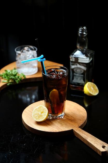 Whisky con cola su tavola di legno Foto Gratuite