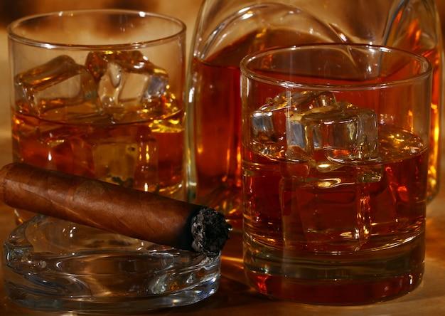 Whisky e sigari freddi Foto Gratuite
