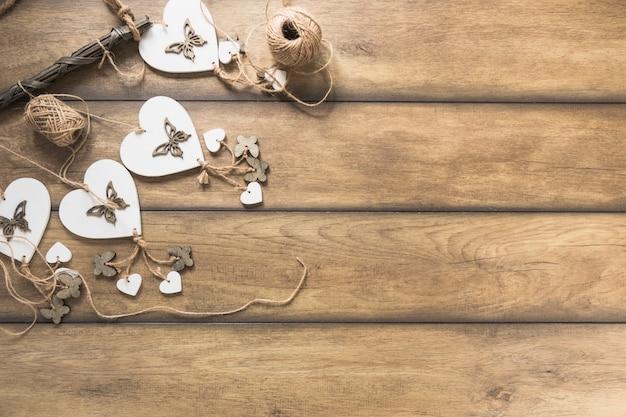 Windchimes del cuore sulla plancia di legno con la bobina Foto Gratuite