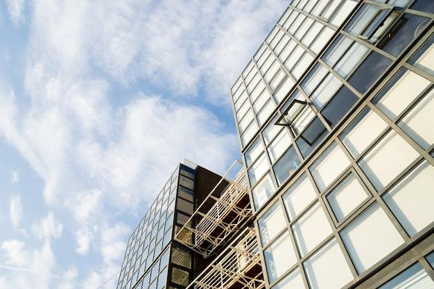 Windows della costruzione corporativa dell'ufficio di affari del grattacielo nella città inghilterra regno unito di londra Foto Premium