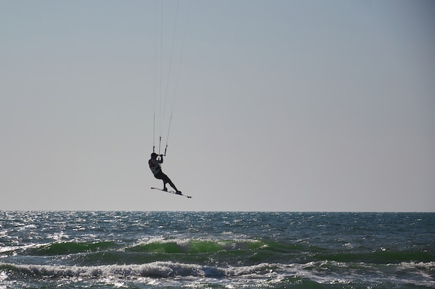 Windsurf, divertimento nell'oceano, sport estremo sullo sfondo del mare Foto Premium