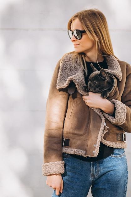 Woaman con il bulldog francese Foto Gratuite