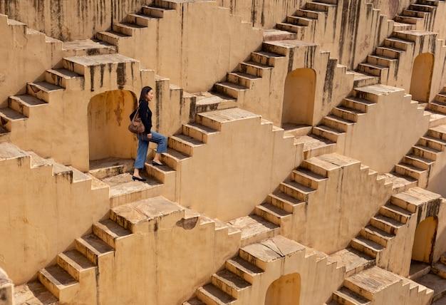 Womanm che cammina sui stepwells di chand baori a jaipur india. Foto Premium