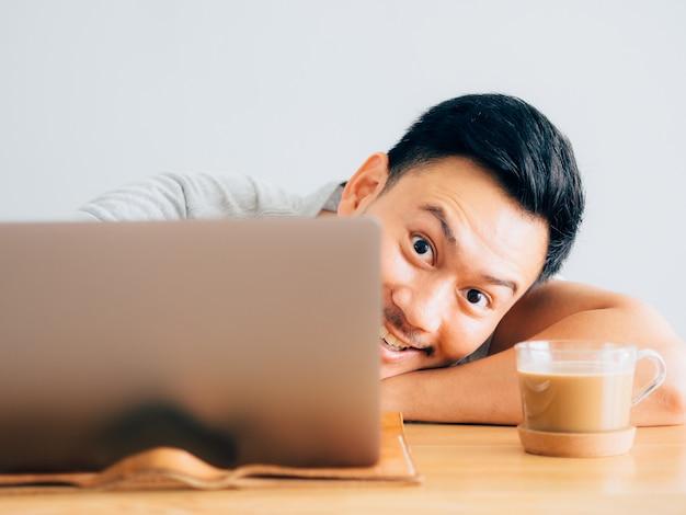 Wow face of man usa il portatile. Foto Premium