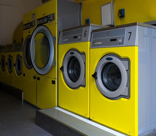 Wshing machines in una lavanderia pubblica Foto Premium