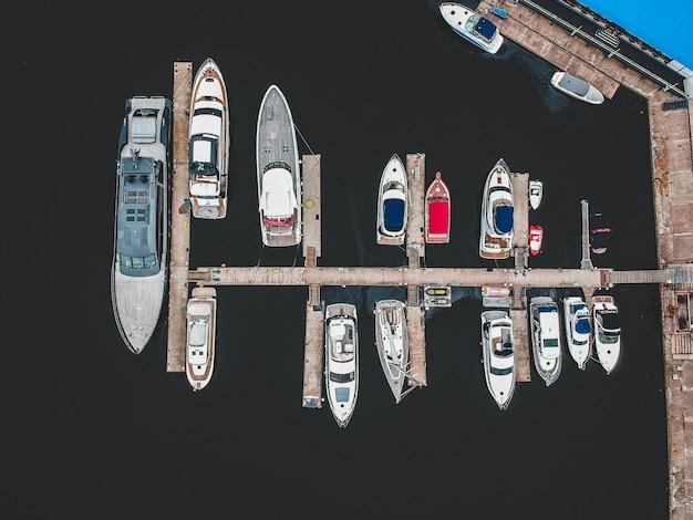 Yacht club con frangiflutti. yacht, barche a motore, barche a vela, ormeggi, pontili. Foto Premium
