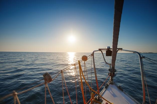 Yacht nel mare. tramonto bellissimo. Foto Premium