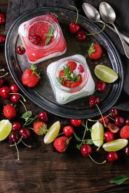 Yogurt con menta e ciliegia Foto Premium