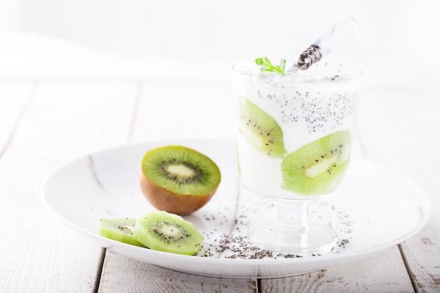 Yogurt, fatto in casa, kiwi, semi di chia e menta. colazione salutare. Foto Premium