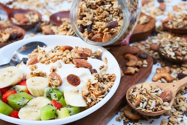 Yogurt fresco con granola fatta in casa Foto Premium