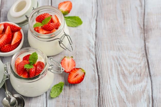Yogurt naturale fatto in casa con fragole e menta Foto Premium