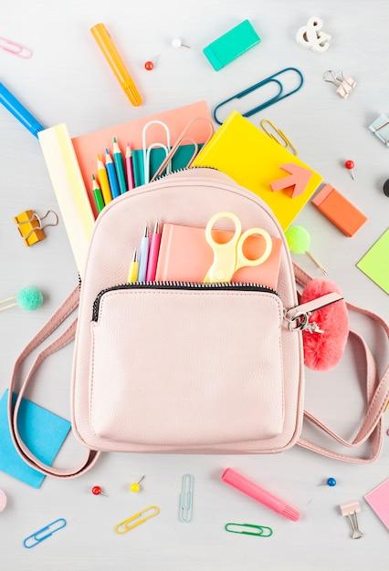 Zaino per studenti e materiale scolastico vario. studio, educazione e concetto di ritorno a scuola Foto Premium