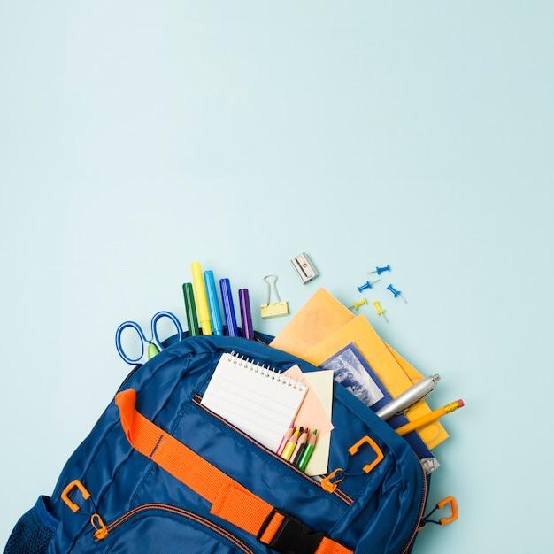 Zaino pieno di accessori per la scuola Foto Gratuite