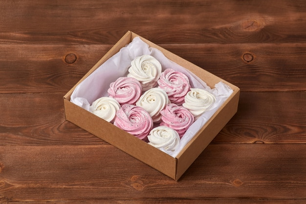Zefiro o caramelle gommosa e molle ariosi dolci fatti in casa rosa Foto Premium
