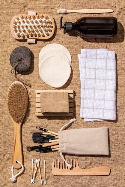 Zero rifiuti, accessori per il bagno eco-compatibili su tessuto juta Foto Premium