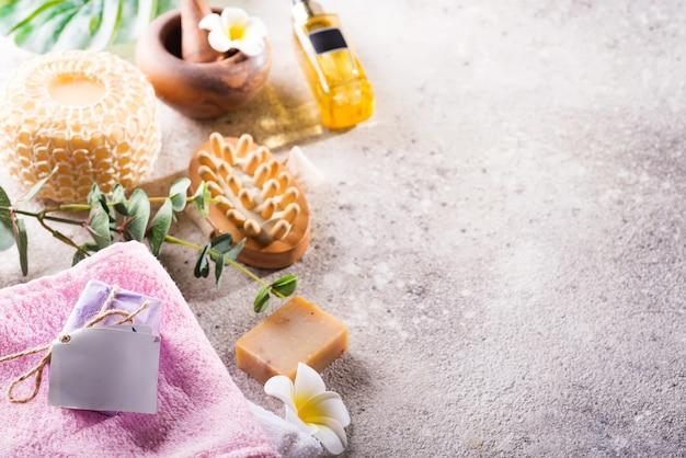 Zero sprechi. set da bagno ecologico. con spazzole, sale marino, asciugamano, aroma in bottiglia di vetro, bast e foglie di palma Foto Premium