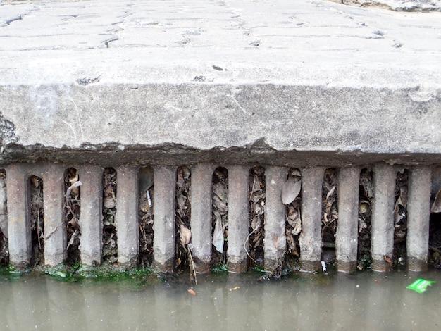 Zoccoli di drenaggio da rifiuti e immondizia e foglie secche Foto Premium