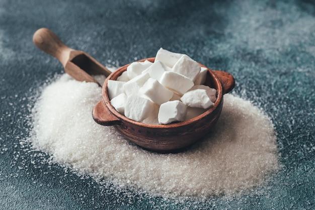 Zollette e zucchero raffinato granulato Foto Premium