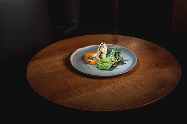Zucca bollita con brodo giapponese e ragù di carne macinata Foto Gratuite