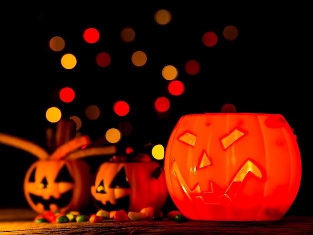 Zucca di halloween con caramelle dolci, sorriso spaventoso. Foto Premium