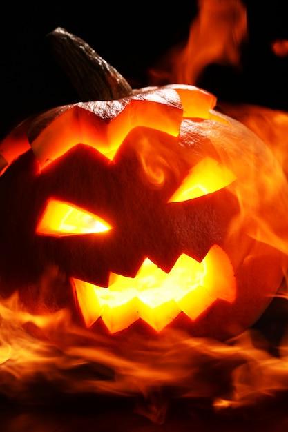 Zucca di halloween nel fuoco Foto Gratuite