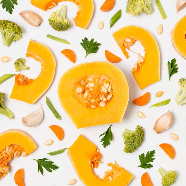 Zucca organica di vista superiore con broccoli sul tavolo Foto Gratuite