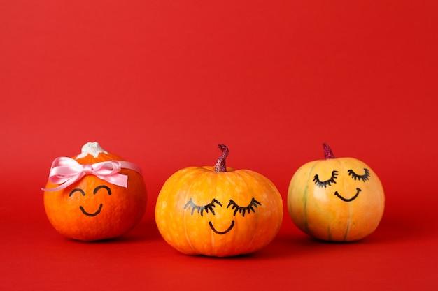 Zucche felici su rosso, spazio per testo Foto Premium