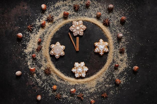Zucchero di canna, pan di zenzero e spezie natalizie a forma di quadrante, cinque a dodici minuti, vigilia di natale, capodanno, Foto Premium