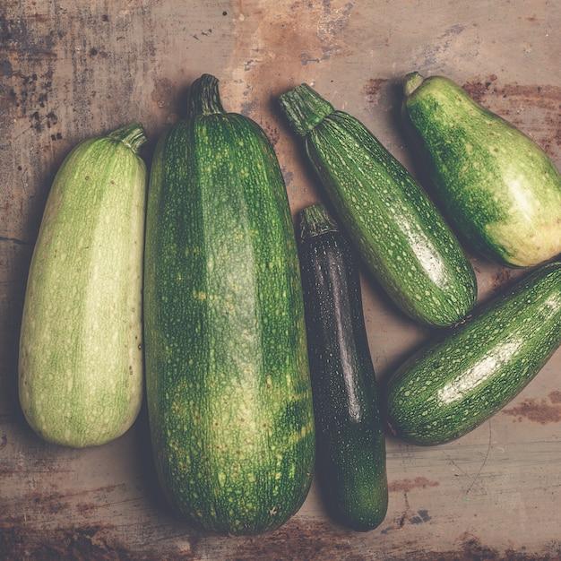 Zucchine fresche o zucchine verdi, prodotti freschi di fattoria, zucca estiva, spese generali Foto Premium