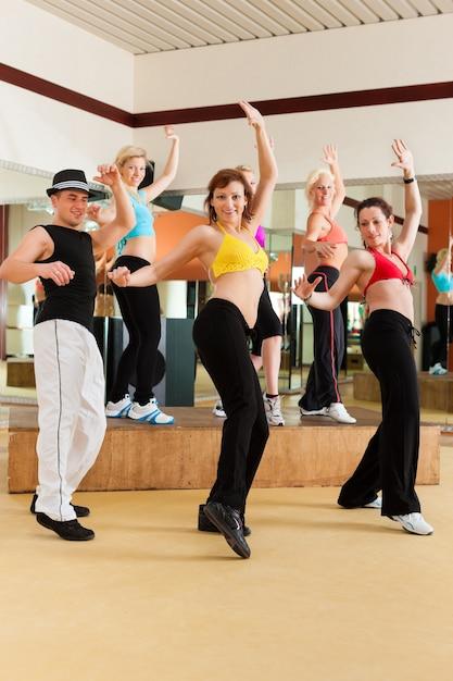 Zumba o jazzdance - giovani che ballano in studio Foto Premium