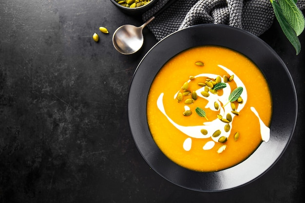 Zuppa cremosa di zucca servita in ciotole Foto Premium