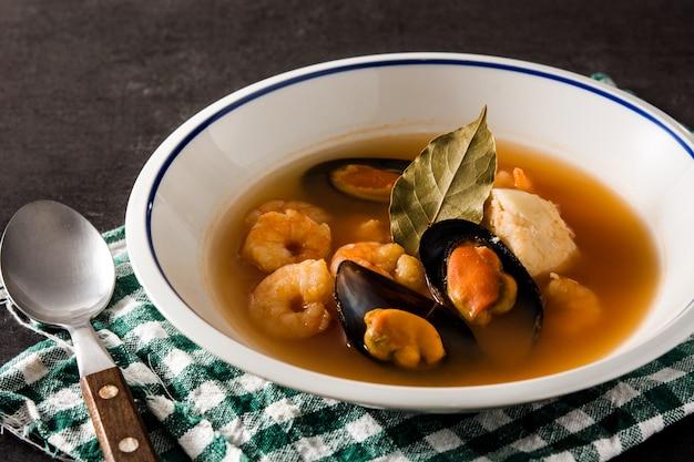 Zuppa di bouillabaisse francese nel piatto bianco Foto Premium