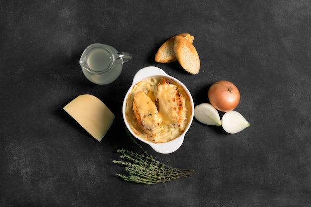 Zuppa di cipolle francese sul nero Foto Premium