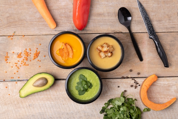 Zuppa di crema di lenticchie, zuppa di zucca e verdure crude Foto Premium