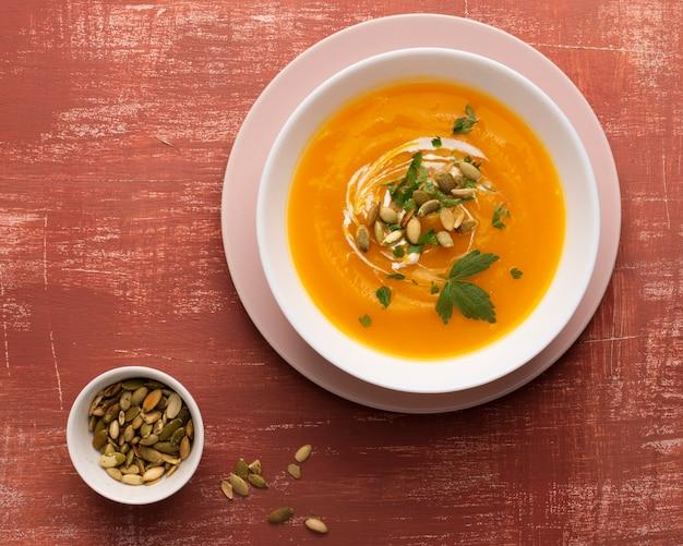 Zuppa di crema gialla con semi e prezzemolo Foto Gratuite