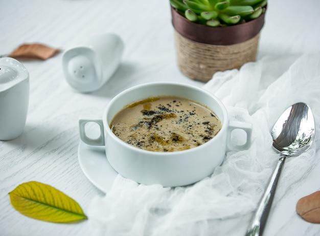 Zuppa di funghi sul tavolo Foto Gratuite