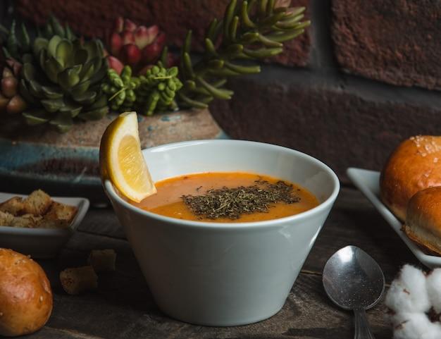 Zuppa di lenticchie con menta sul tavolo Foto Gratuite