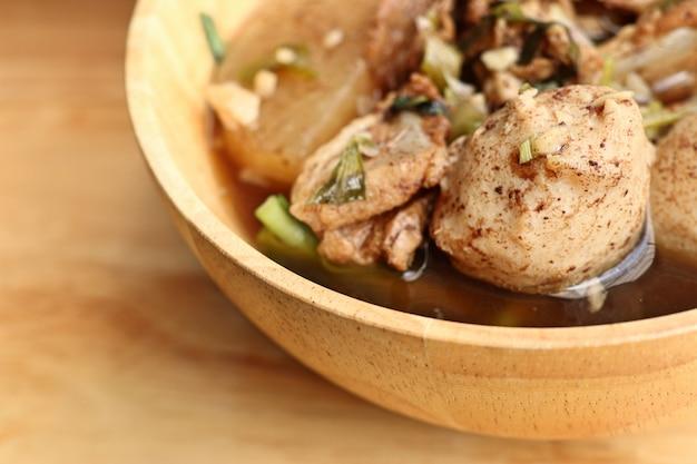 Zuppa di maiale in umido con polpette di carne Foto Premium