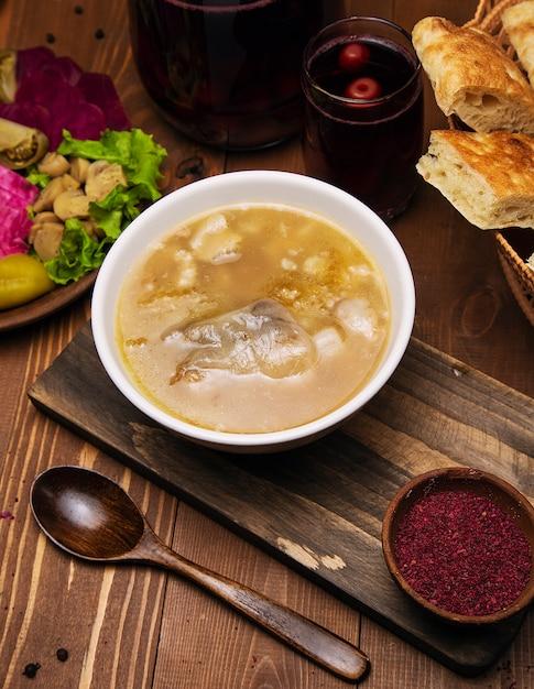 Zuppa di manzo, brodo di agnello con salsa di pomodoro e cipolle. Foto Gratuite