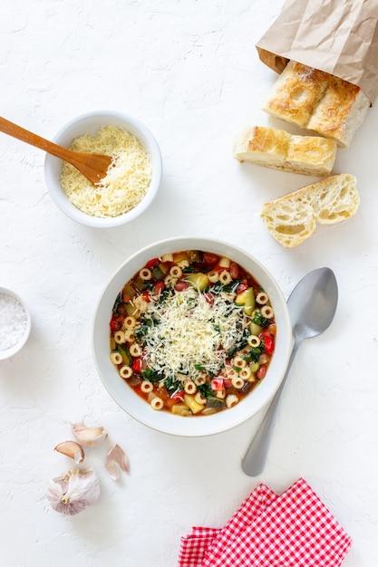 Zuppa di minestrone italiano. Foto Premium