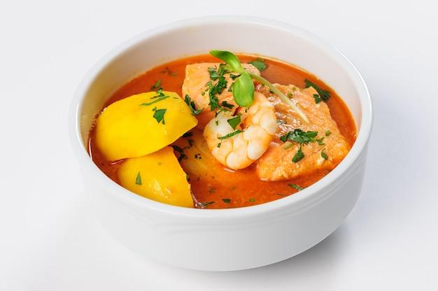 Zuppa di pesce con salmone, gamberi e patate Foto Premium