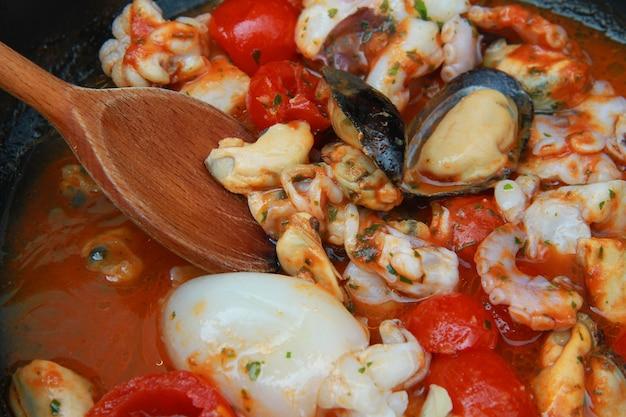Zuppa di pesce e frutti di mare Foto Premium