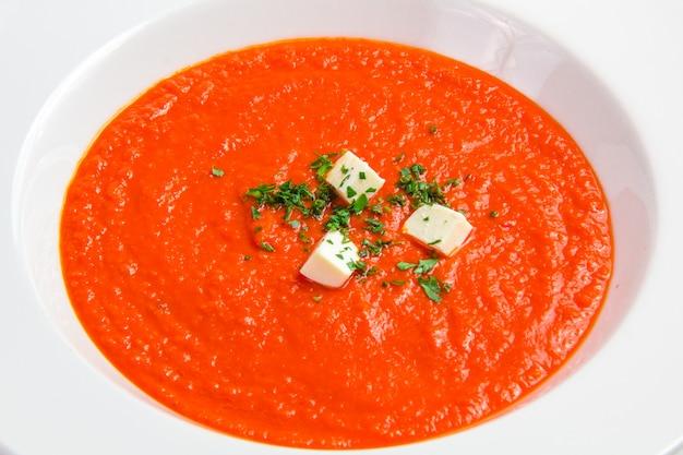 Zuppa di pomodoro con erbe e formaggio Foto Gratuite
