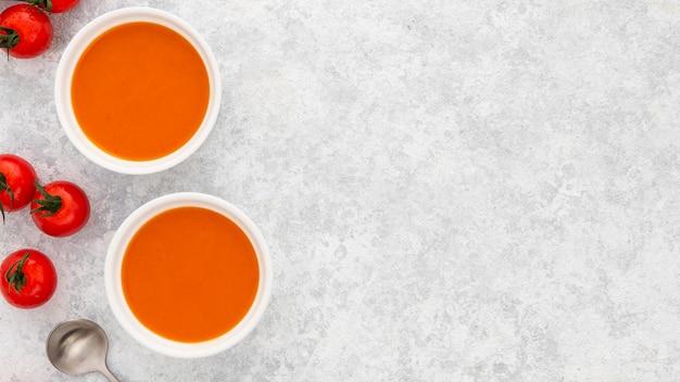 Zuppa di pomodoro fresco vista dall'alto con spazio di copia Foto Gratuite